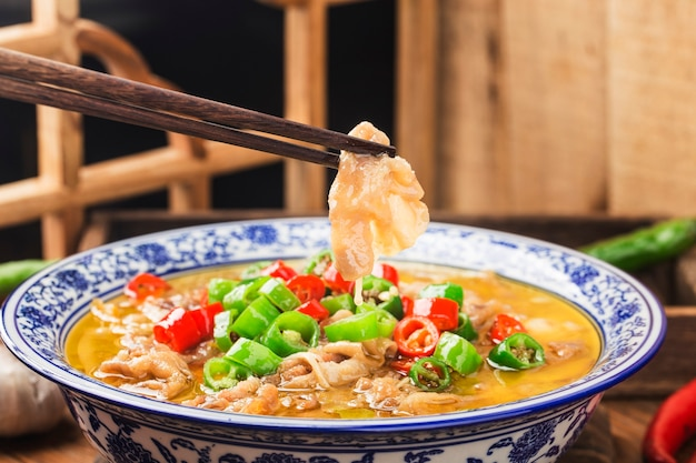 Pyszne chińskie danie kantońskie z wołowiną w złocistej zupie