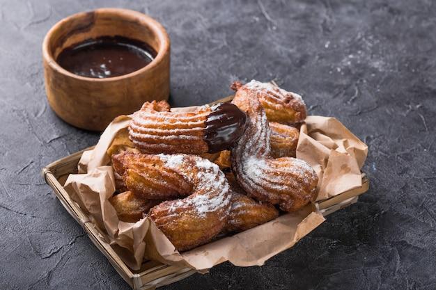Pyszne churros paluszki głęboko smażone i posypane cukrem pudrem