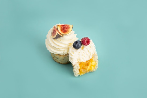 Pyszne ciasta deserowe z jagodami na niebieskim tle