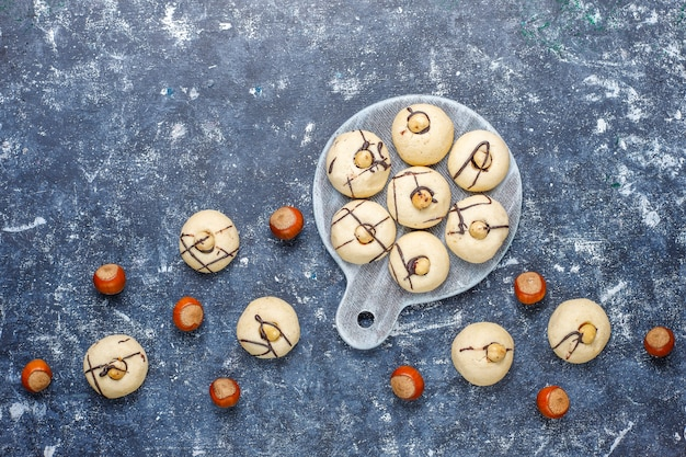 Pyszne ciasteczka z orzechami laskowymi, widok z góry