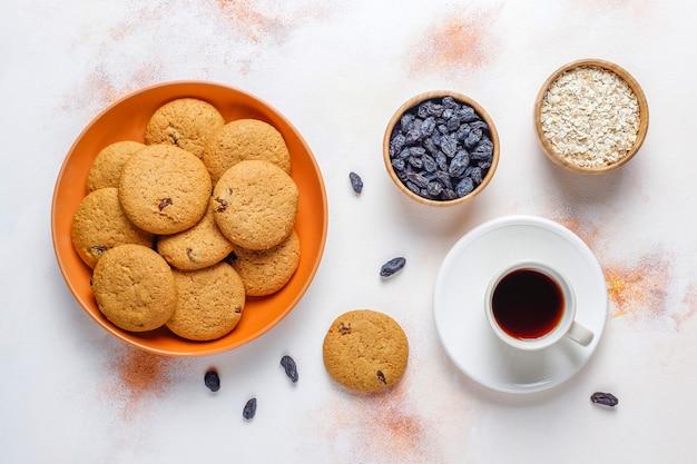 Pyszne ciasteczka z rodzynkami i płatkami owsianymi, widok z góry