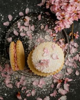 Pyszne ciastka z widokiem z góry kwiaty