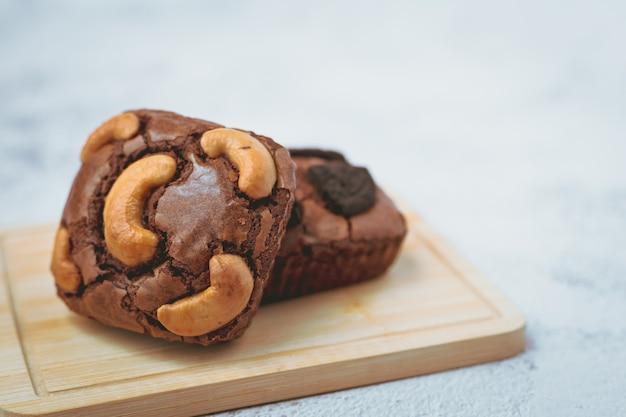 Pyszne ciastko brownie na białym tle do koncepcji piekarni, jedzenia i jedzenia