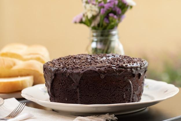 Pyszne ciasto brigadeiro / czekoladowe na stole śniadaniowym.