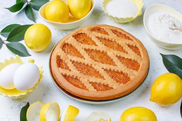 Pyszne ciasto cytrynowe ze świeżymi cytrynami na świetle