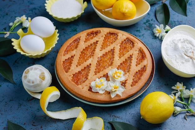 Pyszne ciasto cytrynowe ze świeżymi cytrynami, widok z góry