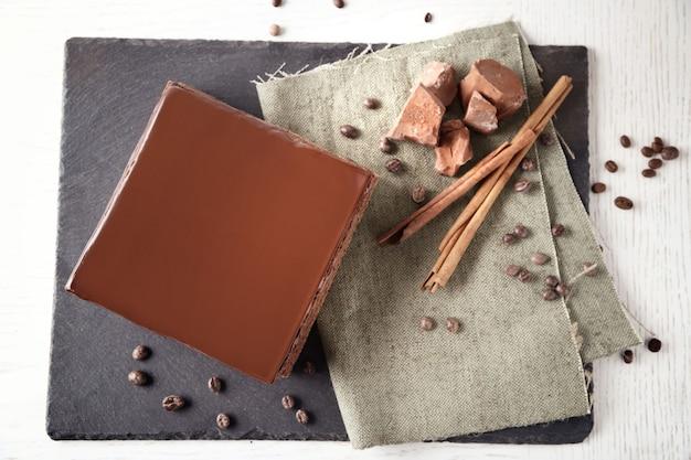 Pyszne ciasto czekoladowe na desce do krojenia, widok z góry