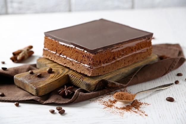 Pyszne ciasto czekoladowe na zbliżenie drewnianej deski do krojenia