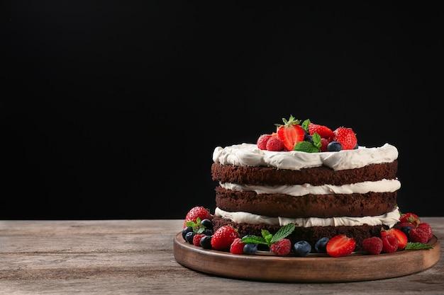 Pyszne ciasto czekoladowe z jagodami na stole