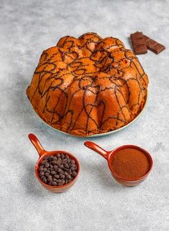 Pyszne ciasto czekoladowe z kawałkami czekolady, widok z góry