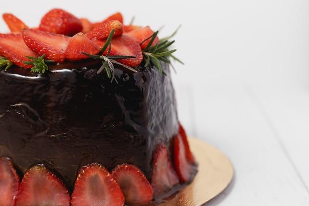 Pyszne ciasto czekoladowe z truskawkami na białym tle do koncepcji żywności i piekarni