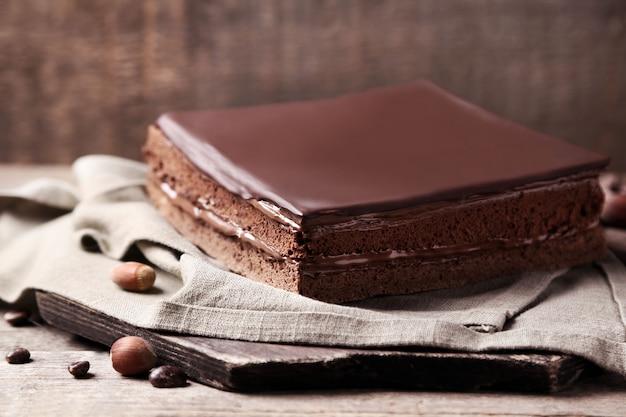 Pyszne ciasto czekoladowe z ziarnami kawy na drewnianym tle