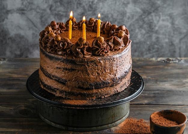 Pyszne ciasto czekoladowe ze świecami