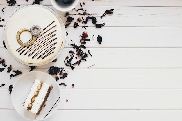 Pyszne ciasto i liści herbaty