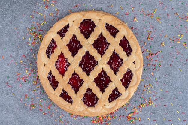 Pyszne ciasto jagodowe z posypką na marmurowej powierzchni