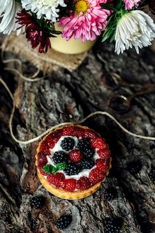 Pyszne ciasto malinowe ze świeżymi malinami i jagodami