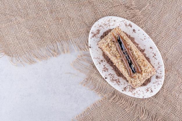 Pyszne ciasto na białym talerzu z konopie.