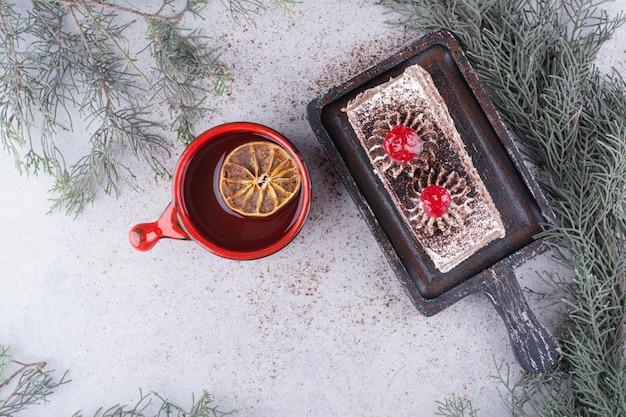Pyszne Ciasto Na Desce Z Filiżanką Czarnej Herbaty. Darmowe Zdjęcia