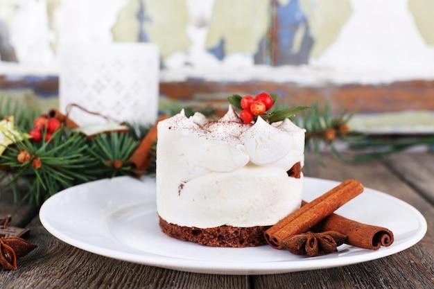 Pyszne ciasto na talerzu z cynamonem i anyżem na świątecznej dekoracji