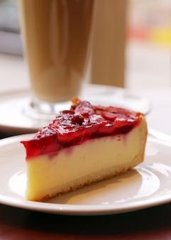 Pyszne ciasto owocowe na talerzu