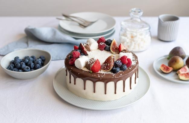 Pyszne ciasto ozdobione jagodami na białym obrusie domowe tort urodzinowy