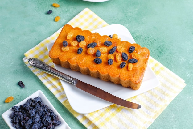 Pyszne ciasto rodzynkowe z rodzynkami.