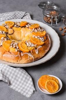 Pyszne ciasto święto trzech króli z plastrami pomarańczy