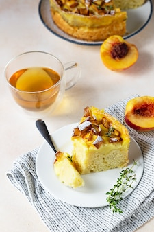 Pyszne ciasto szyfonowe z kremem budyniowym i nektarynkami z herbatą ziołową i tymiankiem.