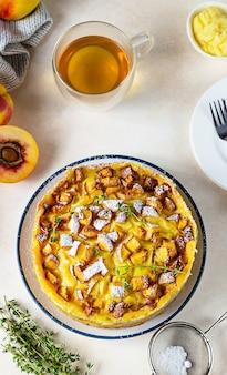 Pyszne ciasto szyfonowe z kremem budyniowym i nektarynkami z herbatą ziołową i tymiankiem