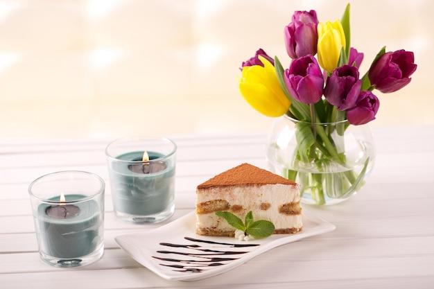 Pyszne ciasto tiramisu i tulipan w prezencie