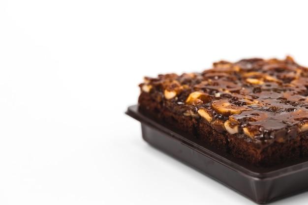 Pyszne ciasto toffi na białym tle do koncepcji piekarni, żywności i jedzenia