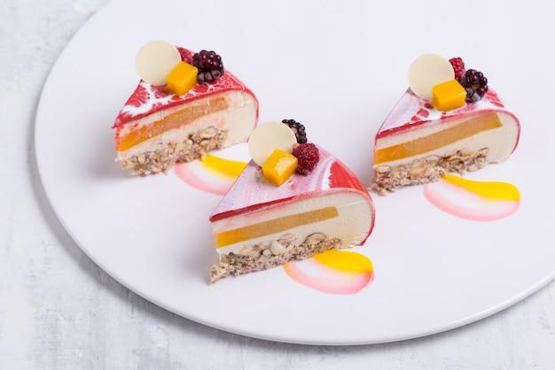 Pyszne ciasto truskawkowe na białym talerzu