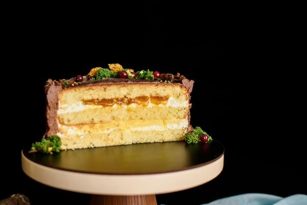 Pyszne ciasto w cieście, kawałek ciasta z warstwą mango, marakui, krem waniliowy, biszkopt.