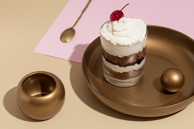 Pyszne ciasto w szklanej aranżacji
