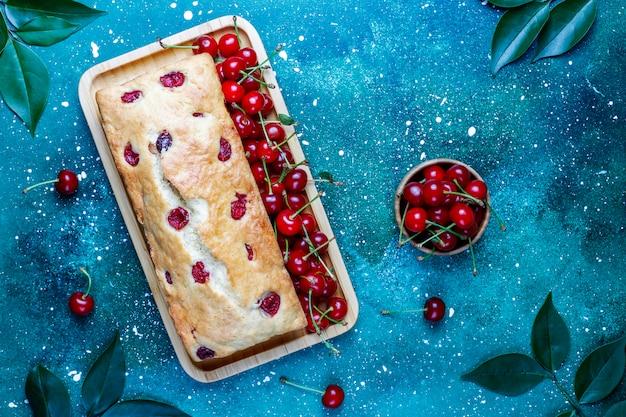 Pyszne ciasto wiśniowe ze świeżymi wiśniami, widok z góry