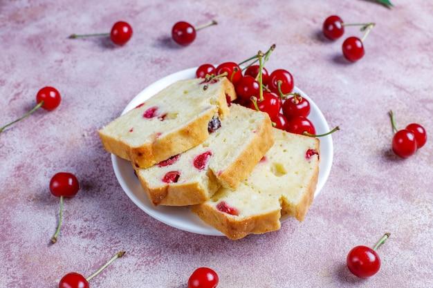 Pyszne ciasto wiśniowe ze świeżymi wiśniami