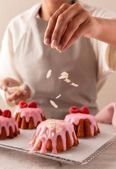 Pyszne ciasto z aranżacją owoców leśnych