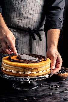 Pyszne ciasto z bitą śmietaną i bananem