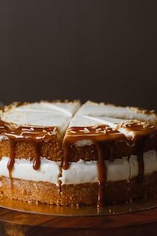 Pyszne ciasto z czekoladowymi plamami i pyszną śmietaną