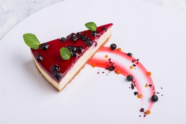 Pyszne ciasto z jagodami na białym talerzu