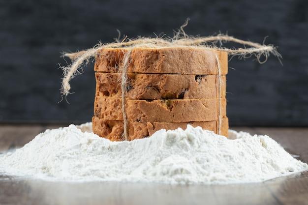 Pyszne ciasto z ongredients na drewnianym stole.