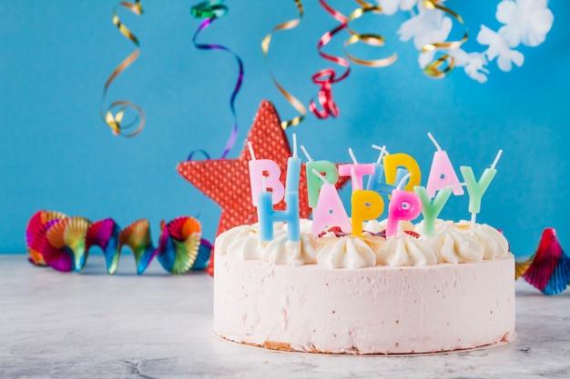 Pyszne ciasto ze świeczkami i dekoracjami birtday