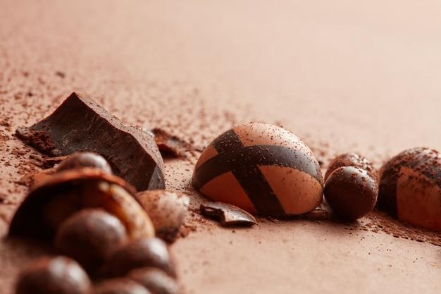 Pyszne cukierki czekoladowe na brązowym tle