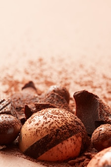 Pyszne cukierki czekoladowe w proszku kakaowym z bliska