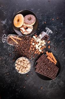 Pyszne cukierki i słodycze na ciemnej drewnianej desce. zdjęcie studyjne. widok z góry