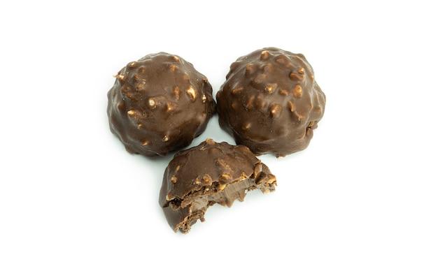 Pyszne, czekoladowe cukierki z orzechami. widok z góry.