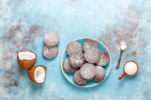 Pyszne czekoladowe i kokosowe ciasteczka z kokosem, widok z góry