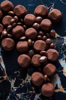 Pyszne czekoladowe trufle na ciemnym marmurowym tle