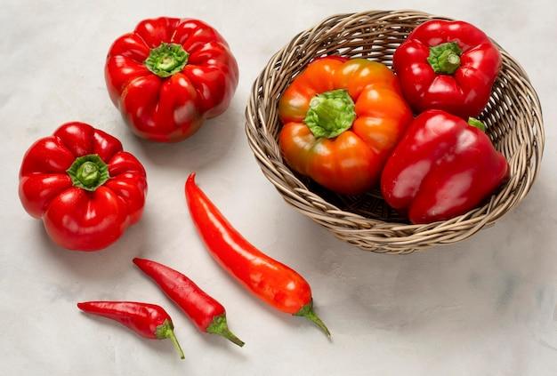 Pyszne czerwone warzywa pod wysokim kątem