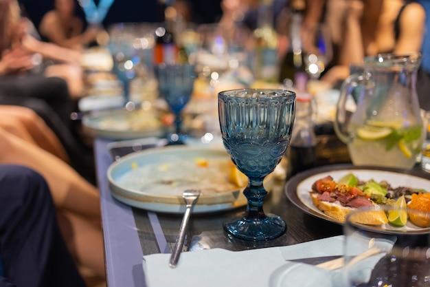 Pyszne dania na stole w restauracji serwujące ostrość stołu na środku stołu